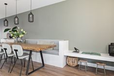Create as many seating areas as you want with this beautiful kitchen bench. - Maak zoveel zitplekken als je wil met deze mooie keukenbank. Kussens van nofruit… Create as man - Banquette Seating In Kitchen, Rustic Kitchen Tables, Kitchen Benches, Dining Nook, Dining Room Design, Dining Table, Home Living Room, Interior Design Living Room, Living Room Decor