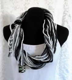 Circular Fiber Black and White With A Large Focal Bead Handmade Flowers, Women's Accessories, Fiber, Black And White, Beads, Fashion, Beading, Moda, Blanco Y Negro