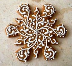 Pretty ideas for decorating snowflake cookies, along with a gingerbread cookie recipe from pastry chef Nick Malgieri, via Le Petit Atelier. Christmas Gingerbread, Christmas Sweets, Christmas Goodies, Christmas Baking, Gingerbread Cookies, Christmas Holidays, Gingerbread Houses, Gingerbread Frosting, Elegant Christmas