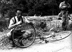 Il ciclista Agostino Coletto dopo aver forato durante una tappa del Giro d'Italia, negli anni Cinquanta