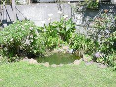 Cómo armar un estanque en el jardín una misma - Los estanques dan armonía a los jardines y tornan cualquier espacio verde, sea grande o pequeño, en un lugar de ensueño, donde aprovechar para desconectarse de las preocupaciones y ligarse a lo sencillo y puro de la naturaleza. ¿Convencidas? ¿Cómo hacerlo? Es fácil, rápido, y no requiere de mucho presupuesto. ¡Manos a la obra!