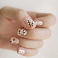 50 Holiday Nail Art Ideas That Will Put You in a Celebratory Mood Remember when you were in middle school and felt so excited to coordinate your colored braces bands with upcoming events? Well, holiday nail art is kind of Holiday Nail Art, Winter Nail Art, Winter Nails, Spring Nails, Summer Nails, Spring Nail Art, Holiday Makeup, Cute Nails, Pretty Nails