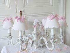 Lustre patine blanc de blanc et abat-jour blanc et rose