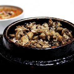 Gul bap (굴밥): Oysters on top of a thick bed of rice Maangchi Recipes, Authentic Korean Food, Bread Cake, Rice Dishes, Dessert Recipes, Desserts, Japanese Food, Oysters, Asian Recipes