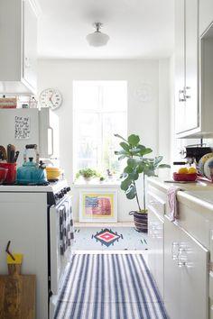 Everywhere - AD España, © Sarah Dorio Color, plantas, alfombras y objetos vintage... también en la cocina.
