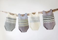 Body baby 0-24 months. Free pattern. Is in Norwegian but with google translate I think it will be doable. They are so cute Retro Baby, Knitting For Kids, Baby Knitting Patterns, Newborn Outfits, Kids Outfits, Body Baby, Baby Barn, Knitted Baby Clothes, Kids Patterns