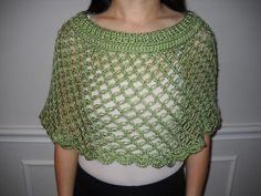 Ravelry: Knot Stitch Capelet pattern by Rachel Choi free crochet patternFall Crochet Fashion Trends of 2015 - Ponchos, Capelet and Sweaters Round Up - Crochet Crochet Capelet Pattern, Fingerless Gloves Crochet Pattern, Crochet Poncho Patterns, Crochet Shawls And Wraps, Crochet Scarves, Crochet Clothes, Crochet Round, Free Crochet, Knit Crochet
