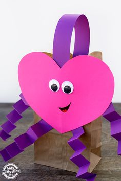 valentines day manualidades Just in time for Valentines Day, learn to make Easy Valentine Bags, perfect for kids to bring to school for Valentines Day parties! Valentines Card Holder, Valentines Day Bags, Kinder Valentines, Valentines Day Activities, Saint Valentine, Valentinstag Party, Valentine's Day Crafts For Kids, Valentine Crafts For Kids, Valentine Ideas