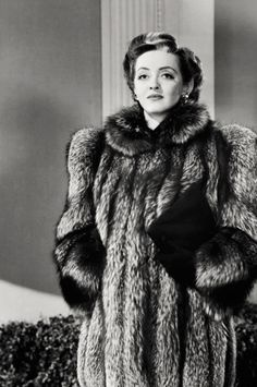 Bette Davis - in this photo you can see a trend that ran during the a single blond streak, that were especially popular with the teenage girls, but also some experimental women. Hollywood Glamour, Golden Age Of Hollywood, Vintage Hollywood, Hollywood Stars, Classic Hollywood, Hollywood Divas, George Peppard, Blake Edwards, Jacqueline Bisset