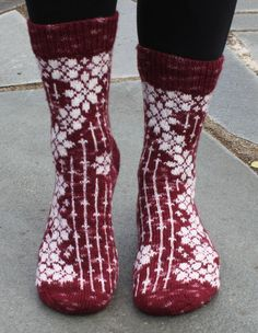 These are top down socks using fingering weight sock yarn with cast on 74 or 78 sts. The socks have a heel flap and gusset decrease. Dependent on your gauge and choice of yarn, this should give you socks in female size (US size - Arm Knitting, Knitting Socks, Knitting Machine, Crochet Shoes, Knit Crochet, Crochet Granny, Christmas Knitting Patterns, Wool Socks, Knitted Slippers