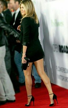 Jennifer Aniston has gorgeous legs that she enjoys accentuating in sexy sky high heels. She is well known for her short dresses that show off her beautiful legs. Jennifer Aniston Fotos, Jennifer Aniston Pictures, Jennifer Aniston Style, Sexy Legs And Heels, Hot High Heels, Jeniffer Aniston, Beauté Blonde, Pernas Sexy, Beautiful Girl Body