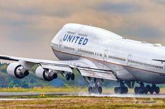 United B747-400 landing