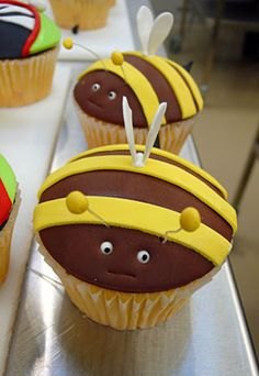 so adorable !! Bumble Bees cupcake..Susan...how about these for school snacks for the girls! .  ;-)