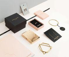 La designer graphiqueVerena Michelitsch signe la création de l'identité visuelle deBing Bang Jewelry, une marque de bijoux par Anna Sheffield.