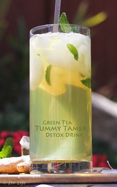 Green Tea with Ginger and Mint. A Detox Tummy Tamer - Hayley Hobson - Green Te. Green Tea with G Healthy Detox, Healthy Drinks, Healthy Water, Detox Foods, Diet Detox, Easy Detox, Healthy Foods, Healthy Recipes, Digestive Detox