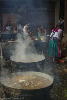 Grupo de mujeres purepechas, preparando una celebración en Nurio, Michoacán. Purepecha women, getting ready for a celebration. in Nurio, Michoacan.