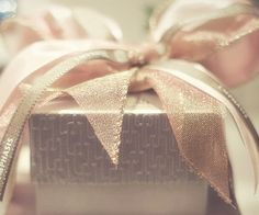 Gift wrapping idea - Pretty golf ribbon highlights the metallic gold box #giftwrapping #elegant #emballagecadeau