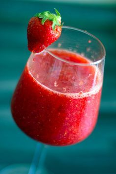 Caipiroska alla fragola e zenzero. http://winedharma.com/it/dharmag/aprile-2015/caipiroska-alla-fragola-e-zenzero-il-cocktail-definitivo