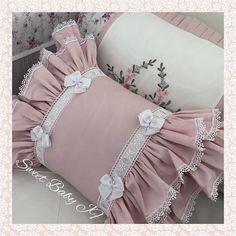 Não tem como não se apaixonar por esta almofada!!! Link do nosso WhatsApp na Bio! ⠀⠀⠀⠀⠀⠀⠀⠀⠀ #sweetbaby #sweetbabyjf #lojadebebe Bow Pillows, Ruffle Pillow, Sequin Pillow, Sewing Pillows, Kids Pillows, Die Dinos Baby, Diy Cushion, Baby Sewing, Decorative Pillows