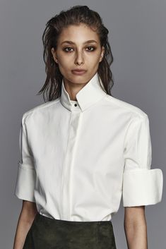 Nellie Partow Fall 2015 Ready-to-Wear Fashion Show Incredible collar structure The complete Partow Fall 2015 Ready-to-Wear fashion show now on Vogue Runway. Classic White Shirt, Crisp White Shirt, Dandy Look, Fashion Show, Fashion Outfits, Fall Fashion, Fashion Black, Petite Fashion, Curvy Fashion