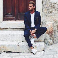 Resultado de imagem para blue suit white shirt sneakers