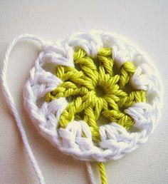 nodig;   frisse kleuren en witte haakkatoen   schaar   haaknaald 3   you need;   bright coloured and white cotton crochet yarn   scisso...