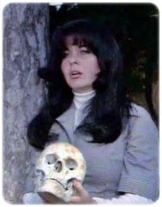 """1976 yılında Metin Erksan bir Shakespeare uyarlamasını beyaz perdeye taşır. Fatma Girik'in baş rolünü oynadığı bir Hamlet filmidir """"Kadın Hamlet ya da İntikam Meleği"""". Şatoda değil çiftlikte geçer. Film hakkında Variety dergisinde çıkan yazıda """"Kadın Hamlet, 1977 Uluslararası Moskova Film Festivalinin ve 1978 Uluslararası Los Angeles Film Festivalinin en güzel, en orijinal, en sıra dışı, en eşsiz, en anlamlı, en beğenilen tek filmi"""" diye yazar Lester Cole"""