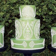 amazing details on green wedding cake..would look good with celtic motif design for Irish or Irish themed wedding..!?