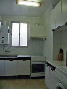 Cocina equipada con termo-calentador, extractor de humos y cocina con horno.