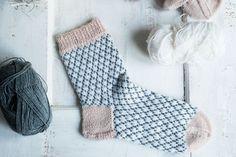 Tämä ohje sisältää kerros kerrokselta selitetyn ohjeen, jotta jokainen uskaltaa kokeilla sukkia. Tämä on tehty suorastaan teille, neulonnan newbies! Continue Reading... Timberland, Christmas Stockings, Crocheting, Socks, Patterns, Knitting, Box, Inspiration, Ideas