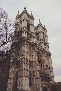 Westminster Abbey is one of the oldest building in London and one of the most important religious centers in the country. Many Kings and Queens or famous people were buried on commemorated there.