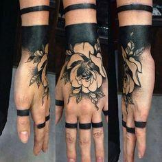 rosa blanco y negro en la mano
