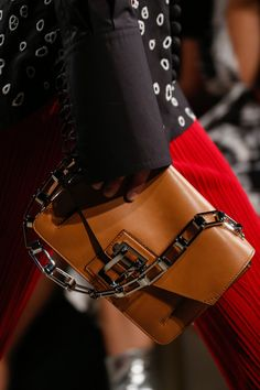 Сумки, клатчи и рюкзаки, с которыми будут ходить главные модницы мира следующим летом
