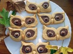 Peanut Butter Owl Cookies -adorable for those in my life that do love peanut butter! wondering if you could do it with sugar cookies? Köstliche Desserts, Delicious Desserts, Yummy Food, Yummy Yummy, Holiday Treats, Holiday Recipes, Biscotti, Yummy Treats, Sweet Treats