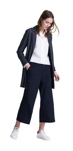 Damen Outfit Geradliniger Look von OPUS Fashion: weiße Bluse, blaue Stoffhose, blauer Mantel