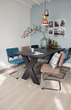 Eigen Huis & Tuin en Praxis. Samen lekker lang natafelen of alleen rustig de krant te lezen. Het kan allemaal aan deze lange steigerhouten tafel.