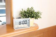 ソーラーパネルを備えた電波デジタルクロック。  デジタルでありながら、白いフレームで柔らかい雰囲気に。