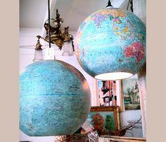 unos globos terraqueos