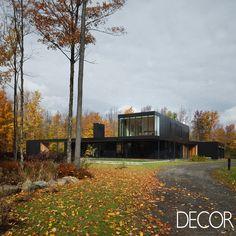 Com fachada revestida em painéis de alumínio lacado preto, Rosenberry Residence destaca também o uso de madeira, aço e concreto, proporcionando o máximo de privacidade e conforto aos moradores em dois níveis.