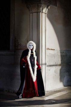 Venice Carnivale, Carnival Venice, Venice Mask, Carnival Masks, Carnival Costumes, Mardi Gras Costumes, Halloween Costumes, Ace Of Hearts, Celebration Around The World