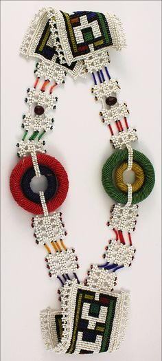 Africa | Headdress or waistband from the Ndebele people of South Africa | Glass beads, yarn, nuts and vegetal fibers | ca. 1970s | 175€