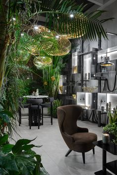Luxury Dining Tables, Luxury Dining Room, Dining Room Design, Dining Chairs, Tom Dixon Lighting, Showroom Interior Design, Light Spring, Elle Decor, Restaurant Design