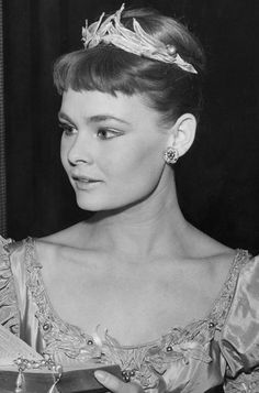Judi Dench is lovely here, but I think she's much more beautiful now. - Ronni