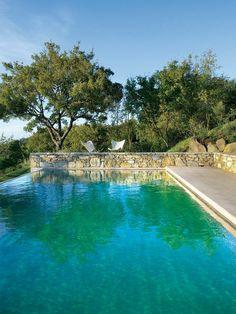 La piscina de fondo verde en el hotel Monteverdi
