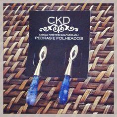 Brinco em banho de ouro 18K com pedra Sodalita gota. www.ckdsemijoias.com.br