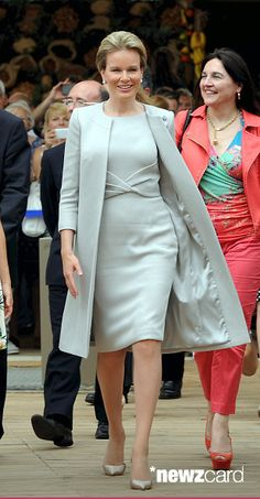 Fashion Tips Outfits Queen Mathilde of Belgium visits the pavilion of Belgium during the national day.Fashion Tips Outfits Queen Mathilde of Belgium visits the pavilion of Belgium during the national day Mother Of Bride Outfits, Mother Of The Bride, Royal Dresses, Petite Fashion Tips, Royal Fashion, Formal Wear, African Fashion, Korean Fashion, Beautiful Dresses