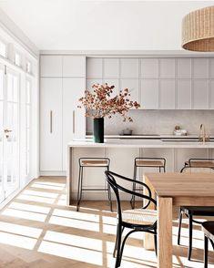 Interior Desing, Contemporary Interior Design, Interior Design Kitchen, Kitchen Decor, Kitchen Ideas, White Kitchen Stools, White Contemporary Kitchen, Modern Classic Interior, Flat Interior