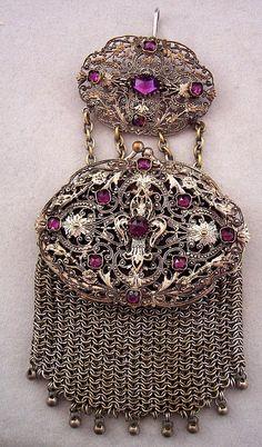Victorian chatelaine purse Z Vintage Purses, Vintage Bags, Vintage Handbags, Vintage Outfits, Vintage Fashion, 1930s Fashion, Fashion Top, Vintage Shoes, Beaded Purses