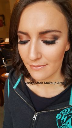 Bronze glamour eye makeup with a hint of dark brown Smokey. Flawless makeup thanks to airbrushing. Neutral lips 💋