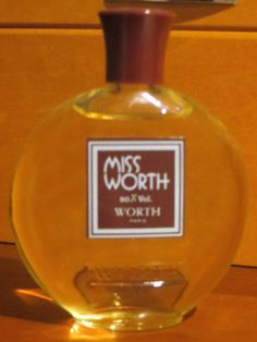 Miss Worth was created by the perfumer Odette Breil-Radius of Roure. The fragrance is light, sweet and floral with top notes of aldehydes, bergamot, peach, rhubarb, pineapple, cassis, anise seed, lily of the valley and ylang-ylang. The heart of the composition consists of jasmine, May rose, carnation, orchid, orange blossom, violet, tuberose, clove, cumin, cypress and cinnamon. Vanilla, benzoin, tonka bean, cedar, sandalwood, amber, moss, vetiver, raspberry and musk are in the base.